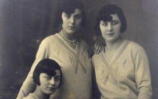 Tρία κορίτσια σε φωτογραφείο του Πειραιά, πριν από 87 χρόνια.