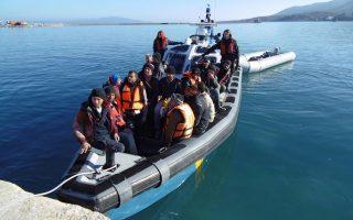 Μεταφορά μεταναστών και προσφύγων που διασώθηκαν, στο λιμάνι της Μυτιλήνης, την Πέμπτη 21 Ιανουαρίου 2016. Κυριολεκτικά παγωμένοι φτάνουν στις ακτές της Λέσβου τα τελευταία 24ωρα εκατοντάδες μετανάστες και πρόσφυγες. Τα κυκλώματα των παράνομων μεταφορέων στην απέναντι ακτή στέλνουν μέσα στην κοσμοχαλασιά εκατοντάδες ανθρώπους πολλές φορές στο θάνατο. ΑΠΕ-ΜΠΕ/ΑΠΕ-ΜΠΕ/ΠΑΝΑΓΙΩΤΗΣ ΜΠΑΛΑΣΚΑΣ