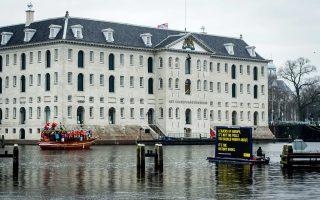 Πλωτή διαμαρτυρία για τους πνιγμούς προσφύγων μπροστά στο κτίριο όπου διεξάγεται η άτυπη σύνοδος των υπουργών Δικαιοσύνης της Ε.Ε.