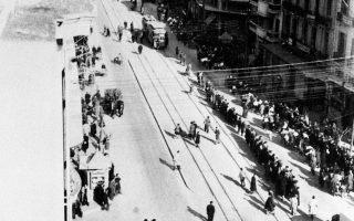 Προς τα τρένα του Αουσβιτς κατευθύνονται ομάδες Εβραίων της Θεσσαλονίκης.