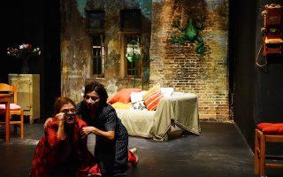 Σκηνή από την παράσταση «Μια υπέροχη Κυριακή για εκδρομή» σε σκηνοθεσία Βασίλη Νικολαΐδη.