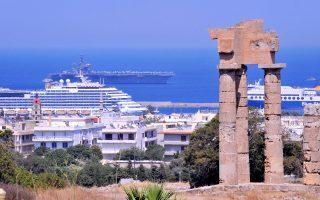 Στις απόλυτα θετικές παραμέτρους για τον ελληνικό τουρισμό ο πρόεδρος του Συνδέσμου Ελληνικών Τουριστικών Επιχειρήσεων, Ανδρέας Ανδρεάδης, συμπεριέλαβε την ισοτιμία του ευρώ, τη χαμηλή τιμή του πετρελαίου, τον προγραμματισμό επιπλέον 800.000 αεροπορικών θέσεων από το εξωτερικό και τη μονοψήφια μέχρι στιγμής αύξηση των κρατήσεων.