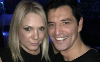 Η διευθύντρια προγράμματος του ΣΚΑΪ Αλκηστις Μαραγκουδάκη με τον Σάκη Ρουβά, που θεωρείται ότι θα αναλάβει την παρουσίαση των live του «X-Factor».