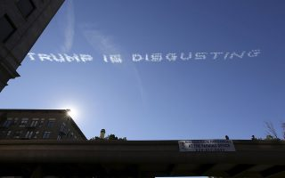 Skywriting over the 127th Rose Parade makes a reference to U.S. Republican presidential candidate Donald Trump, in Pasadena, California January 1, 2016.  REUTERS/David McNew      TPX IMAGES OF THE DAY