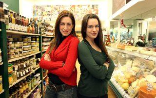 Η Ηλιάννα και η Ηλέκτρα Παρασκευοπούλου, ιδιοκτήτριες του «Σμυρνιώ». (Φωτογραφίες: Ακης Ορφανίδης)