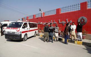 Ασθενοφόρα περιμένουν να περισυλλέξουν τραυματίες έξω από το προαύλιο του Πανεπιστημίου Μπατσά Χαν, λίγες ώρες μετά την επίθεση.