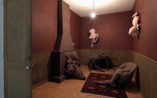 Εργο της Dorothea Tanning με τίτλο «Poppy Hotel Room» και κάτω το έργο του Daniel Spoerri «Shower».