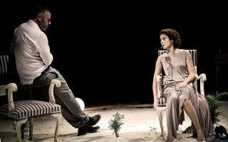 Σκηνή από την παράσταση «Τέφρα και σκιά» του Πίντερ σε σκηνοθεσία Δημήτρη Καραντζά.