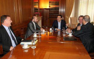 (Από αριστερά): Ο πρόεδρος της Ολομέλειας των Δικηγορικών Συλλόγων, Βασίλης Αλεξανδρής, ο πρόεδρος του ΤΕΕ, Γιώργος Στασινός, ο πρωθυπουργός Αλέξης Τσίπρας, ο Υπουργός Εργασίας, Κοινωνικής Ασφάλισης και Κοινωνικής Αλληλεγγύης, Γιώργος Κατρούγκαλος και ο πρόεδρος του Πανελλήνιου Ιατρικού Συλλόγου, Μιχάλης Βλασταράκος.