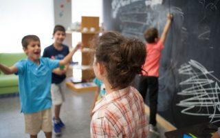 Με τη δράση «Παιδεύειν - Out of the box», μέσα από προγράμματα εμπλουτισμένης ύλης των σχολικών μαθημάτων, χαρισματικά παιδιά βοηθούνται να αναπτύξουν τις ικανότητές τους.