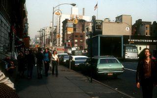Η Νέα Υόρκη το 1970: γωνία της 55ης Οδού και της Ογδοης Λεωφόρου. Η αμερικανική μητρόπολη εκείνης της εποχής είναι το σκηνικό στο οποίο διαδραματίζεται το εξαιρετικά επιτυχημένο μυθιστόρημα «Πόλη στις φλόγες» του Γκαρθ Ρισκ Χάλμπεργκ.