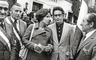 Η Μπεάτε και ο Σερζ Κλάρσφελντ σε μια εκδήλωση διαμαρτυρίας μπροστά στην πρεσβεία της Γερμανίας στο Παρίσι το 1974.