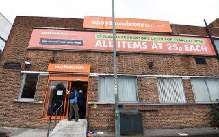 Εξω από το πρώτο κατάστημα στο Παρκ Ρόγιαλ του βορειοδυτικού Λονδίνου είχαν δημιουργηθεί τεράστιες ουρές, ενώ αρκετοί άνθρωποι ταξίδεψαν έως και 160 χιλιόμετρα για να αγοράσουν φθηνά τρόφιμα. Μέσα σε δύο ημέρες, τα ράφια άδειασαν και το κατάστημα αναγκάστηκε να κλείσει προσωρινά την Τετάρτη – ξανανοίγει σήμερα.