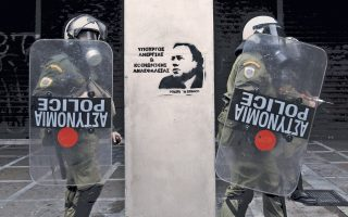 Αν ο Γεώργιος Κατρούγκαλος ο Υπουργός είναι η εμβληματική μορφή της περιόδου που διανύουμε, τότε οι δύο άνδρες των ΜΑΤ είναι οι ενδεδειγμένοι Ηρακλείς σε ρόλο Ηρακλέων του Στέμματος...