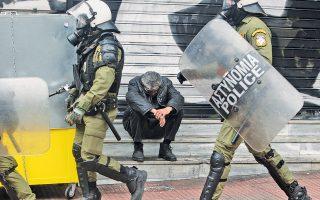 Στα σκαλιά, στα κλεισμένα ρολά στην πλατεία Συντάγματος στις 4 Φεβρουαρίου 2016. (AΠE-MΠE / Συμέλα Παντζαρτζή)