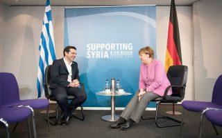 Ο Ελληνας πρωθυπουργός Αλέξης Τσίπρας με τη Γερμανίδα καγκελάριο Αγκελα Μέρκελ, στη συνάντηση που είχαν χθες στο Λονδίνο, στο περιθώριο της διάσκεψης δωρητών για τη Συρία.