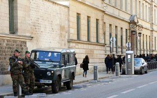 Στρατιώτες των ειδικών δυνάμεων έξω από λύκειο, στο κέντρο του Παρισιού.
