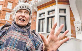Η διάσημη σχεδιάστρια Βίβιαν Γουέστγουντ λίγο πριν εισέλθει στην πρεσβεία του Εκουαδόρ στο Λονδίνο για να επισκεφθεί τον ιδρυτή της αποκαλυπτικής ιστοσελίδας WikiLeaks, Τζούλιαν Ασάντζ.