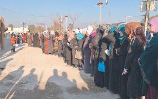 Σύροι πολίτες στην πολιορκημένη πόλη Μοαμαντίγια περιμένουν τη διανομή ανθρωπιστικής βοήθειας από συνεργεία του Ερυθρού Σταυρού.