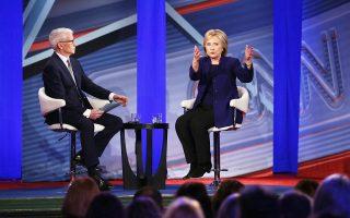 H υποψήφια για το προεδρικό χρίσμα του Δημοκρατικού Κόμματος, Χίλαρι Κλίντον, ξετυλίγει τις σκέψεις της στον δημοσιογράφο του CNN, λίγο πριν από ακόμη μία τηλεοπτική αντιπαράθεση με τον αντίπαλό της Μπέρνι Σάντερς.