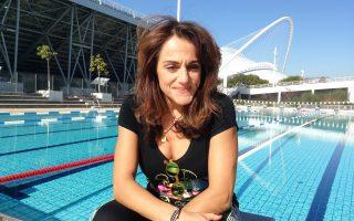 Η Βίκυ Κουβέλη με φόντο την πισίνα του ΟΑΚΑ, όπου εργάζεται ως γυμνάστρια.