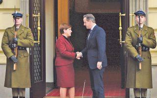 Η πρωθυπουργός της Πολωνίας, Μπεάτα Σίντλο, υποδέχεται τον Βρετανό ομόλογό της Ντέιβιντ Κάμερον στη Βαρσοβία.