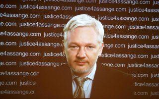 Ο Τζούλιαν Ασάντζ σε συνέντευξη Τύπου μέσω τηλεδιάσκεψης, χθες, στο Λονδίνο. Ο 44χρονος ιδρυτής των WikiLeaks δήλωσε δικαιωμένος από τη γνωμοδότηση της αρμόδιας Ομάδας Εργασίας, τμήματος της Επιτροπής Ανθρωπίνων Δικαιωμάτων του ΟΗΕ, που χαρακτήρισε αυθαίρετη την κράτησή του. Η Βρετανία, ωστόσο, ανακοίνωσε ότι θα προσβάλει την απόφαση αυτή.