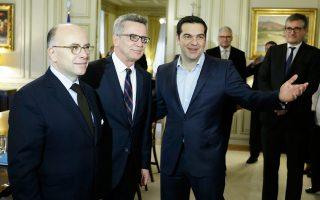 Οι υπουργοί Εσωτερικών της Γαλλίας, Μπερνάρ Καζνέβ, και της Γερμανίας, Τόμας ντε Μεζιέρ, συναντήθηκαν χθες με τον Ελληνα πρωθυπουργό Αλέξη Τσίπρα στο Μέγαρο Μαξίμου.