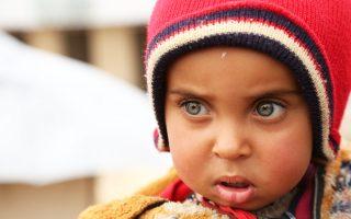 Παιδί φιλοξενείται σε καταυλισμό Ιρακινών, που διέφυγαν από τη Μοσούλη, η οποία ελέγχεται από το ISIS.