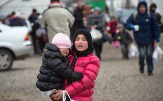 Πρόσφυγες φθάνουν στα σύνορα της Σερβίας, έχοντας διασχίσει την ΠΓΔΜ και ελπίζοντας να φθάσουν σε κάποια χώρα της Δυτικής Ευρώπης.