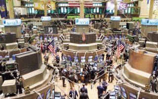 Οι μεγάλοι παίκτες της Wall Street αναθεωρούν τις προτεραιότητές τους. Η επικεφαλής παγκόσμιας επενδυτικής στρατηγικής, Τζέσικα Γκράουντ, έστειλε το εξής μήνυμα στις τράπεζες: «Δεν θέλουμε να πουλάτε προϊόντα που εστιάζουν σε βραχυπρόθεσμα κέρδη, αλλά στα μακροπρόθεσμα συμφέροντα των πελατών σας».