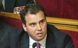 Κυβερνητική κρίση μεταξύ πρωθυπουργού και προέδρου προκάλεσε η παραίτηση Αμπρομαβίσιους.