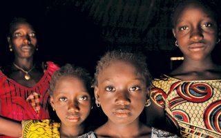 Εκατομμύρια κορίτσια, συχνά μικρότερα των πέντε ετών, υποβάλλονται σε ακρωτηριασμό των γεννητικών τους οργάνων, κυρίως στην Αφρική.