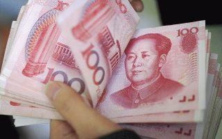 Το Πεκίνο προτίθεται να υιοθετήσει πιο ευέλικτη νομισματική πολιτική και να διευρύνει το δημοσιονομικό έλλειμμα της χώρας μέσα στο 2016, προκειμένου να στηρίξει την κινεζική οικονομία. Ηδη από το 2014, η Λαϊκή Τράπεζα της Κίνας έχει μειώσει έξι φορές τα επιτόκια του γουάν.