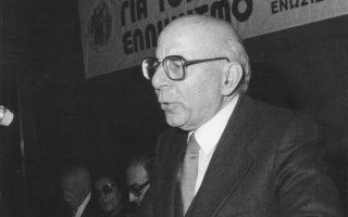 O ακαδημαϊκός Kωνσταντίνος Δεσποτόπουλος, εισηγητής στο Eπιστημονικό Διήμερο για τον Mικρασιατικό Eλληνισμό που οργάνωσε η «Eνωσις Σμυρναίων». Στο βήμα του ομιλητού, στο στοιχείο του, στη φωτογραφία από το Eπετειακό Hμερολόγιο 2016 για τα 80 χρόνια πορείας της Eνωσης Σμυρναίων (1936-2016).