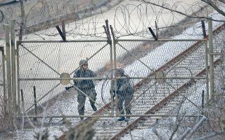 Στρατιώτες της Ν. Κορέας κλείνουν την πύλη στον μεθοριακό σταθμό του Πατζού, στα σύνορα με τη Β. Κορέα. Η νέα εκτόξευση πυραύλου από την Πιονγιάνγκ φόρτισε περισσότερο την ατμόσφαιρα στην Απω Ανατολή.
