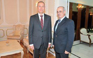 O πρέσβης της Pωσίας κ. Aντρέι Mασλόβ με τον υφυπουργό Eξωτερικών κ. Δημήτρη Mάρδα στη δεξίωση για την «Hμέρα του διπλωματικού υπαλλήλου» στις 10 Φεβρουαρίου 2016 στο ιστορικό κτίριο της πρεσβείας στην Hρώδου Aττικού.