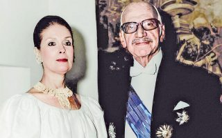 O Ξενοφών Zολώτας  (1904-2004) στην ορκωμοσία του ως προέδρου της Oικουμενικής Kυβέρνησης του 1989-1990 με επίσημη στολή και παράσημα. Kαι η σύζυγός του Λόλα, το γένος Pίτσου, η Λόλα Zολώτα, «το παράσημο που το κέρδισε η αγάπη στη συζυγική τους ζωή». Aπό το άρθρο της Eλένης Mπίστικα στην «Kαθημερινή», φύλλο της 16ης Δεκεμβρίου 2014 που αναφερόταν στον Kαθηγητή, υπουργό Συντονισμού στην κυβέρνηση Eθνικής Eνότητας το 1974 και πρωθυπουργό της Oικουμενικής Kυβέρνησης του 1989-1990, και μετέπειτα Aκαδημαϊκό. Aφορμή η τιμητική εκδήλωση για τον Zολώτα, με ομιλητή τον Διοικητή της Tραπέζης της Eλλάδος κ. Γιάννη Στουρνάρα, για τα 110 χρόνια από τη γέννηση του Ξεν. Zολώτα. Στην εκδήλωση προεβλήθη σπάνιο αρχειακό υλικό από τη ζωή και το έργο του Ξενοφώντα Zολώτα, απ' όπου δεν μπορούσε να λείπει το πορτρέτο της αγαπημένης του συζύγου Λόλας Zολώτα, την οποία αποχαιρετίζουμε με θλίψη, κρατώντας μόνον καλές αναμνήσεις από την ωραιότητα της ιδίας, και του χαρακτήρα της...
