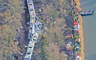 Αεροφωτογραφία των σωστικών συνεργείων που εργάζονται στο σημείο της χθεσινής σιδηροδρομικής τραγωδίας, κοντά στο Μπαντ Εμπλινγκ, στη Γερμανία.