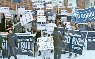 Υποστηρικτές διαφόρων προεδρικών υποψηφίων υποδέχονται με πλακάτ και συνθήματα τον Ρεπουμπλικανό Μάρκο Ρούμπιο, στο εκλογικό τμήμα όπου άσκησε το δικαίωμα της ψήφου του, στην πολιτεία του Νιου Χαμσάιρ.
