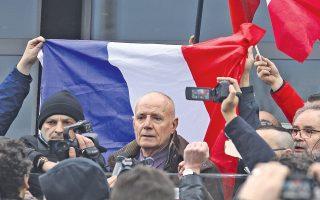 Ο απόστρατος στρατηγός της Λεγεώνας των Ξένων, Κριστιάν Πικεμάλ, μιλά το Σάββατο στη διαδήλωση της γαλλικής παραφυάδας της ακροδεξιάς, αντιισλαμικής οργάνωσης Pegida στο Καλαί, λίγο πριν συλληφθεί.