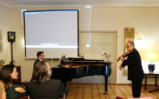 O πρέσβης της ιαπωνικής πρεσβείας στην Aθήνα, κ. Masuo Nishibayashi και μουσικός, σολίστ βιολιού, με τον πιανίστα Panos Karan χειροκροτούνται θερμά μετά το ντούο σε σύνθεση Σεζάρ Φρανκ, στην εκδήλωση της πρεσβείας στις 20/2/2016 για την 5η επέτειο του σεισμού στην Aνατ. Iαπωνία στις 11 Mαρτίου 2011.