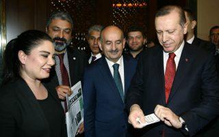 Θα σας κόψω και το τσιγάρο! Γνωστός αντικαπνιστής ο Πρόεδρος Erdogan, θεριακλήδες οι Τούρκοι. Σε επίσημη εκδήλωση στο Προεδρικό Μέγαρο της Άγκυρας, φιλοξενήθηκαν για να τιμηθούν 300 πρώην καπνιστές, μάλιστα υπήρχε και ειδική προθήκη με τα πακέτα από τα τσιγάρα τους υπογεγραμμένα, καθώς και 18 ακόμη που υποσχέθηκαν ότι από την σημερινή ημέρα η βλαβερή συνήθεια θα είναι γι' αυτούς παρελθόν. Σε αυτούς, ανήκει η κοπέλα της φωτογραφίας που παραδίδει τα τσιγάρα της στον ικανοποιημένο  Τayyip Erdogan.  (Yasin Bulbul/Presidential Press Service, Pool via AP)
