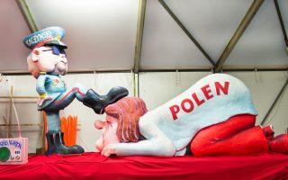 Αρμα με τίτλο «Κυβερνητική αλλαγή στην Πολωνία». Η πολωνική κυβέρνηση υποστήριξε ότι, στην προκειμένη περίπτωση, η σάτιρα είναι συνέχιση της πολιτικής με άλλα μέσα.