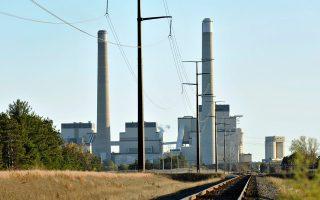 Οι ρυπογόνοι βιομηχανίες στις ΗΠΑ πασχίζουν να καθυστερήσουν την ενεργειακή μετάβαση.