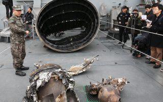 Θραύσματα που εκτιμάται ότι ανήκουν στον βαλλιστικό πύραυλο της Β. Κορέας περισυνέλεξε την Κυριακή το πολεμικό ναυτικό της Ν. Κορέας.