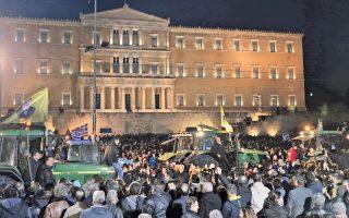 Με τρακτέρ και σημαίες περισσότεροι από 10.000 αγρότες από όλη την Ελλάδα συγκεντρώθηκαν μετά τις 6 το απόγευμα στο Σύνταγμα, όπου ήδη είχαν στηθεί σκηνές για τη διανυκτέρευση στην πλατεία. Η κάθοδός τους στην Αθήνα στιγματίστηκε από επεισόδια.