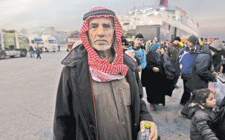 Πρόσφυγες και μετανάστες από τη Χίο και τη Μυτιλήνη μετά την αποβίβασή τους, χθες το πρωί, στο λιμάνι του Πειραιά. Χιλιάδες άτομα έχουν εγκλωβιστεί για πολλές ώρες τις τελευταίες ημέρες στους επιβατικούς σταθμούς του λιμανιού, λόγω των αγροτικών μπλόκων, που εμποδίζουν τη μετακίνησή τους προς τα βόρεια σύνορα της χώρας, αλλά και της πολιτικής των Αρχών να μην επιτρέπουν αθρόες αφίξεις στην Ειδομένη.
