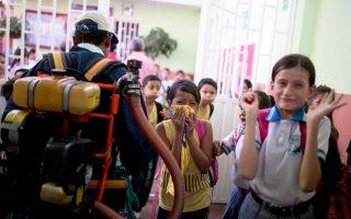 Μικροί μαθητές στο Νόρτε ντε Σανταντέρ, στα σύνορα της Κολομβίας με τη Βενεζουέλα, αποχωρούν από το σχολείο τους για να γίνει ψεκασμός κατά των κουνουπιών.