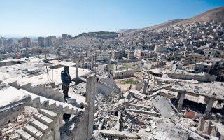 Σύρος πολίτης επιθεωρεί τα ερείπια που άφησε ο πόλεμος στη συνοικία Ες Αλ Βαρβάρ της Δαμασκού, που ελέγχεται από τις κυβερνητικές δυνάμεις.